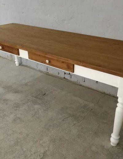 250 esztergalt feher asztal mivesbutor 7 - Felújított Míves Bútorok