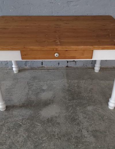 140 esztergalt feher asztal mivesbutor 1 - Felújított Míves Bútorok