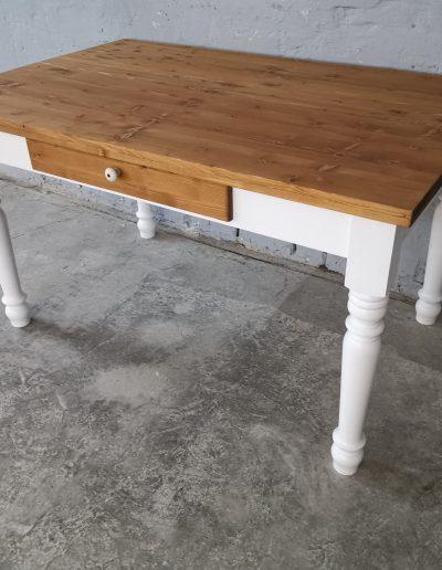 140 esztergalt feher asztal mivesbutor 2 - Felújított Míves Bútorok