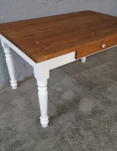140 esztergalt feher asztal mivesbutor 4 - Felújított Míves Bútorok